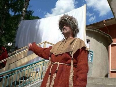 Преоблечен като прабългарин актьор откри юртата.