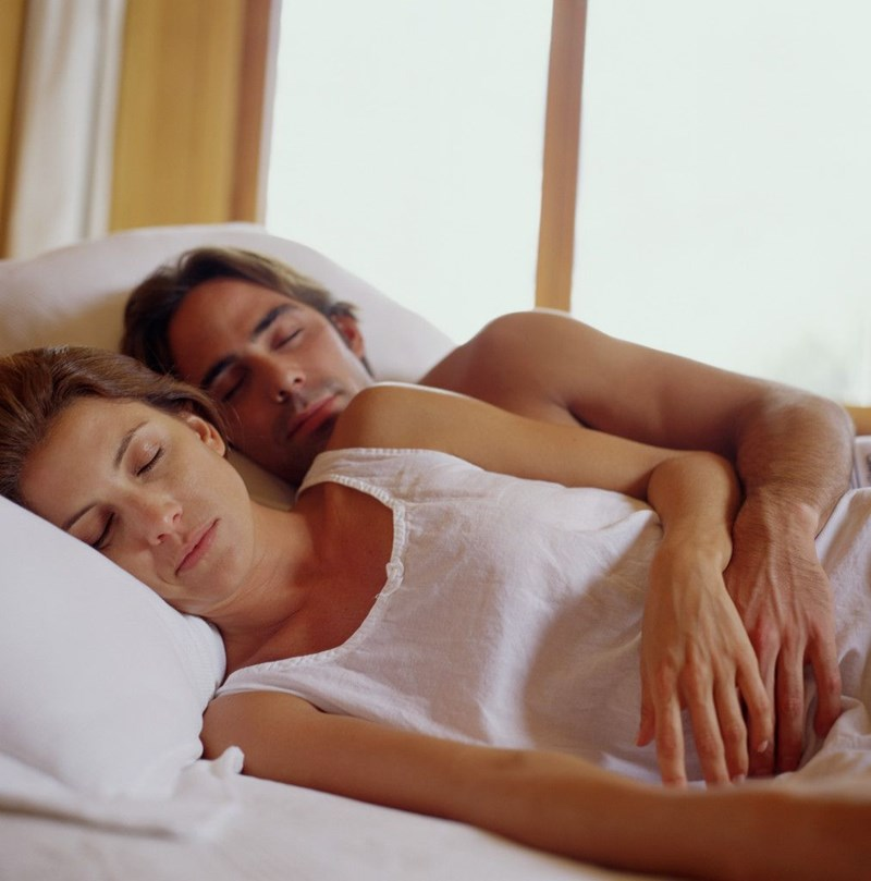 Леко пулверизиран със студена вода чаршаф по естествен начин поддържа поносима температура за заспиване. Работещ трик е и горният чаршаф да стои опакован в плик във фризера, докато стане време за лягане. СНИМКИ: ДАК