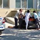 Близките на Георги Георгиев плачат около колата, а трупът на младия мъж лежи на земята пред Спешното отделение в Асеновград. Снимка: Валентин Димитров