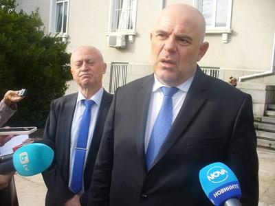 Главният прокурор Иван Гешев съобщи днес в Стара Загора, че прокуратурата била уведомена за катастрофата с трите пострадали млади жени 15 часа по-късно, и то по телефона.