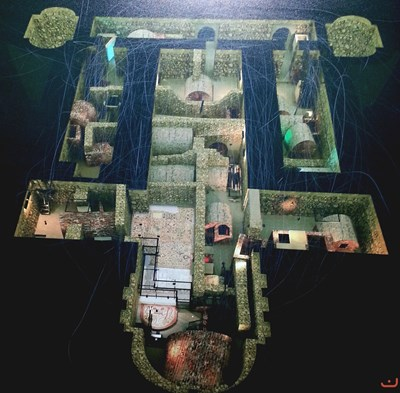 """Музеят под църквата  """"Света София"""" е на две нива. На първото е изложена мозайката, а на второто - гробниците. Една върху друга са били разположени трите църкви, върху които е изграден сегашният действащ храм. Първата и втората църква са се намирали на 1,30 м под земята, а третата -  на 0,80 м. Гробницата със стенописите се намира  на 4 м дълбочина."""