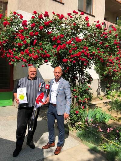 Костадин Димитров /вдясно/ връчва награда на грижлив стопанин.