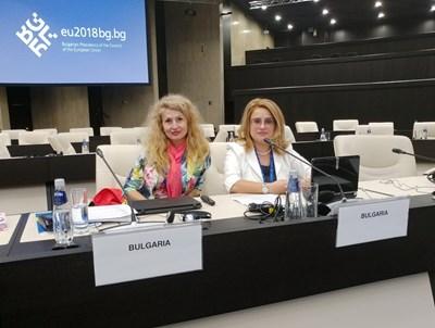 Ивелина Солакова от Окръжен съд – Велико Търново (вдясно) и съдия Наталия Неделчева от Окръжен съд – Варна са авторите на доклада по събирането на данни за прилагането на инструменти на европейското право в България