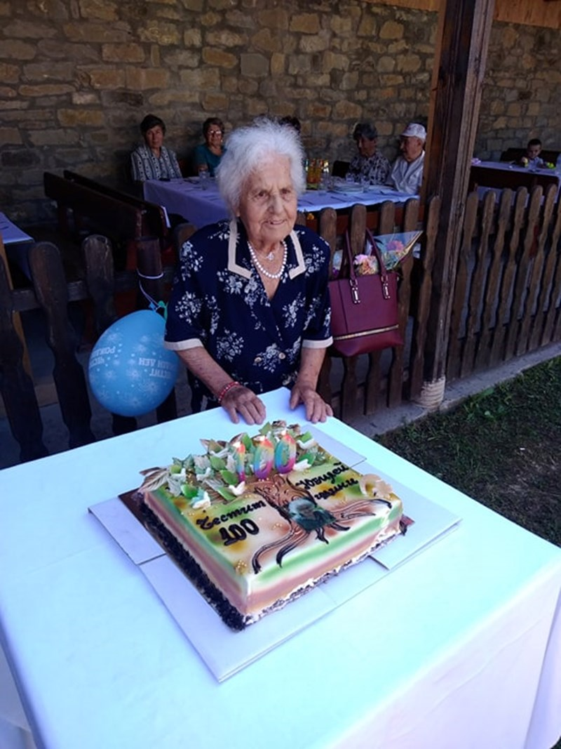 Захария Николова с празничната торта