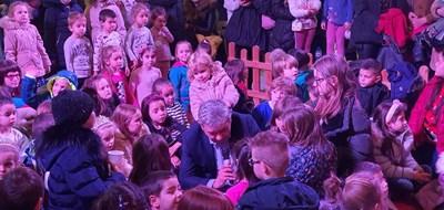 Кметът на Благоевград Румен Томов чете коледна приказка на деца.