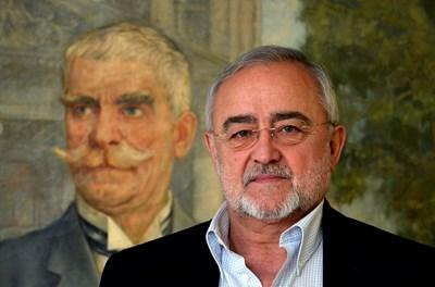 Мариус Донкин пред портрета на патрона на Народния театър Иван Вазов, който стои във фоайето на неговия кабинет. СНИМКА: Йордан Симeонов