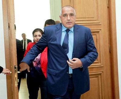 Премиерът Бойко Борисов пристига на консултациите с парламентарните лидери. СНИМКА: Дeсислава Кулeлиeва