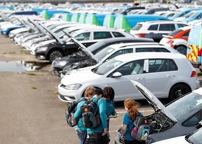"""Активисти от """"Грийнпийс"""" вдигнаха предните капаци на коли заради дизелгейт във Великобритания.  СНИМКА: РОЙТЕРС"""