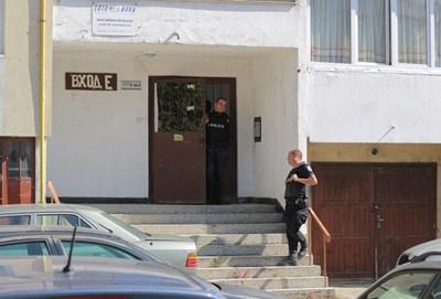 Полицаи пазеха входа. СНИМКА: Снимки: Румяна Тонева
