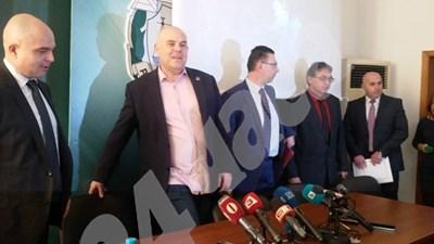 Иван Гешев и гл. секретар на МВР Ивайло Иванов (крайният в ляво), дойдоха в Бургас, за да съобщят подробности около разкритото убийство СНИМКА: Елена Фотева