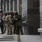 Украинските специални части щурмуваха сградата на банковия клон в Киев, където посетител заплаши да взриви бомба. Снимки Ройтерс