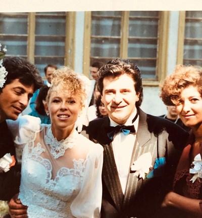 Снимка от сватбата на Горанов преди 30 години. До младоженците са и кумовете им.  СНИМКА: ОФИЦИАЛЕН ФЕЙСБУК ПРОФИЛ НА ГОРАНОВ