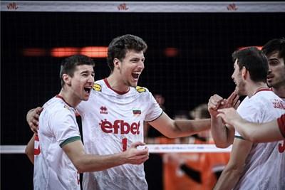 Денис Краягин (в средата) се радва след поредната си точка, а вляво от него е друг младок, който се представи силно днес - Светослав Иванов. Снимка: FIVB