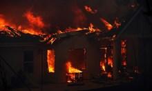 """Болница и стотици домове в """"адската прегръдка"""" на огромен пожар в Калифорния"""