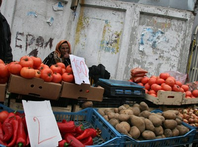 """По сергиите на ул. """"Батак"""" цените са тройно по-ниски в сравнение с другите пловдивски пазари СНИМКА: Евгени Цветков"""