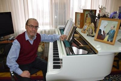 Виктор Захарченко пред любимия си бял роял  СНИМКИ: АВТОРКАТА