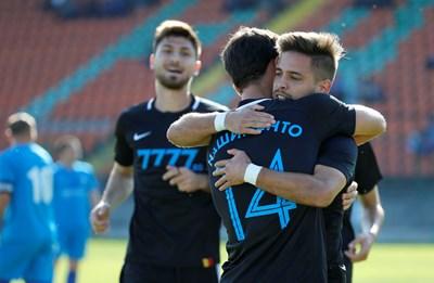 """Нашименто прегръща Мазурек след един от головете му срещу """"Пирин"""" (Разлог).  Снимка: сайт на """"Левски"""""""