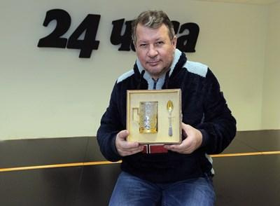 Едуард Папазян позира с премиерския подарък - лъжичка (+чаша) от Баку). СНИМКА: РУМЯНА ТОНЕВА