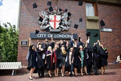 Студенти хвърлят шапки при завършването си в Лондонското сити.