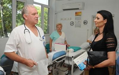 Вержиния Иванова разговаря с шефа на Кръвния център в Бургас д-р Тодор Бояджиев.