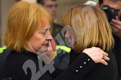 Кметът на София Йорданка Фандъкова поднася съболезнованията си на Анна Сендова СНИМКИ: Йордан Симеонов  СНИМКА: 24 часа