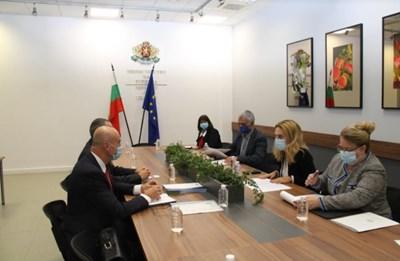 Заместник-председателят на Българския съюз по балнеология и СПА туризъм Живко Иванов поздрави вицепремиера и министър на туризма Марияна Николова СНИМКА: Министерството на туризма.