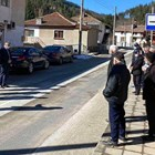 Така се водеше агитацията в Баните. На единия тротоар са политиците, на отсрещния агитираните. Разговорът през пътното платно трябваше да гарантира спазване на дистанция заради коронавируса.