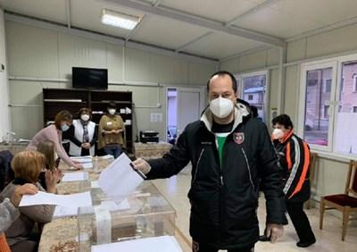 Кметът на Враца Калин Каменов бе сред първите, пуснали бюлетината си за парламентарните избори. Снимка:vratzadnes.com.