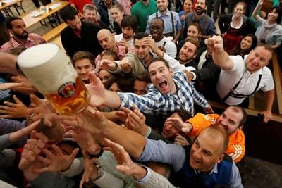 Германци посягат към халба бира на Октоберфест в Мюнхен.  СНИМКИ: РОЙТЕРС