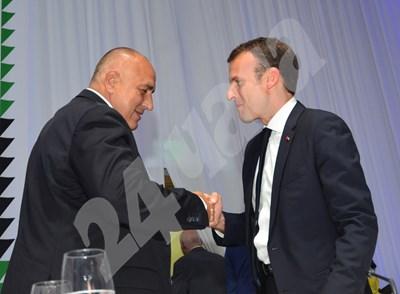 Бойко Борисов и Еманюел Макрон се поздравяват след края на Европейския съвет в София. СНИМКА: 24 часа
