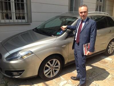 Посланикът на Италия Стефано Балди с гордост показва личния 12-годишен Fiat Croma с автоматична скоростна кутия. СНИМКА: Георги Луканов