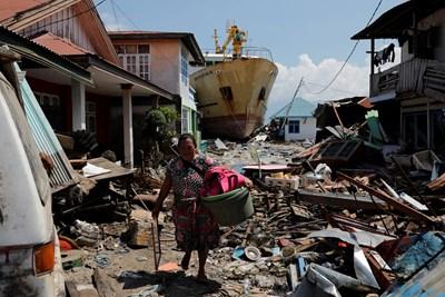 Мощен трус и цунами опустошиха индонезийския остров Сулавеси.  СНИМКА: РОЙТЕРС