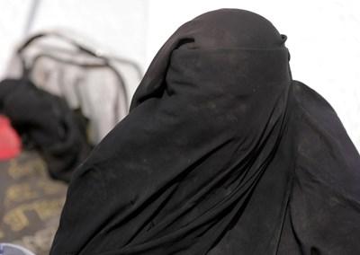 Съпруга от ИДИЛ за секс посегателствата на терористите: Това не е изнасилване, според исляма (Видео)