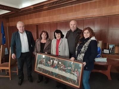 Мария Купенска представи гоблена на кмета на общината Николай Мелемов и настоява гобленът да бъде дарен от нейно име на църквата за Рождество Христово.Снимка Авторът