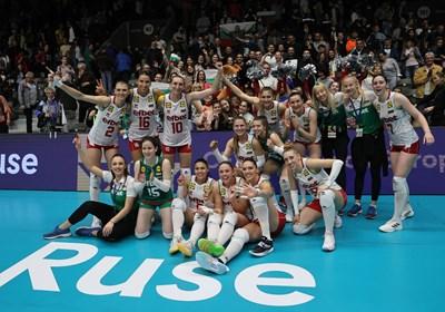 Българските момичета празнуват победата в полуфинала от Златната лига срещу Чехия заедно с феновете в Русе.
