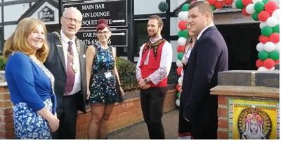 Кметът на английския град Ковънтри Джон Никълъс (вторият от ляво) се снима за спомен с организаторите на фестивала.  СНИМКА: ПАВЛИНА ТРИФОНОВА