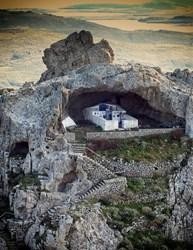 Черквата е сгушена в малка пещера. СНИМКИ: АРХИВ