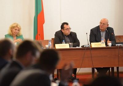 Председателят на комисията Емил Димитров (вдясно) призова НПО-тата да обърнат поглед и към контрабандата с горива. СНИМКА: Йордан Симeонов