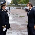 префектът на Сен Сен-Дени посреща президента Макрон по време на посещение в департамента, свързано с борбата срещу екстремизма.