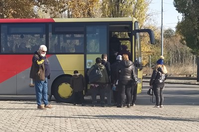 Рейс извън автогарата качва пътници, докато другите шофьори стачкуваха. Снимки: Авторът