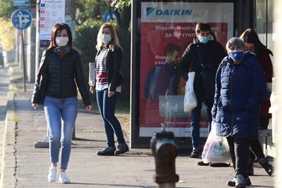 """Носенето на маска на открито е сред първите мерки, които връщат областите. Във Враца я наложиха преди 6 дни, връщат я и в Плевен.  СНИМКА: """"24 ЧАСА"""""""
