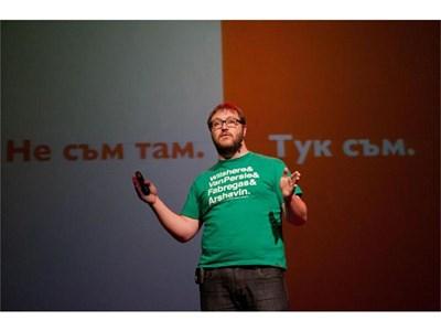 На конференцията TEDxBG Йордан Жечев изброява рационалните причини да останем в България.