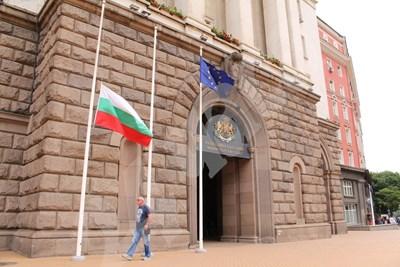 Знамената са наполовина спуснати СНИМКИ: Благой Кирилов СНИМКА: 24 часа