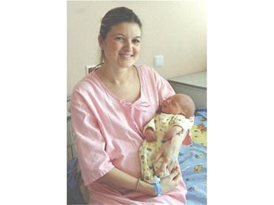 Виктор спи кротко в прегръдките на майка си Диана Кутинчева. СНИМКА: ДЕСИ КУЛЕЛИЕВА