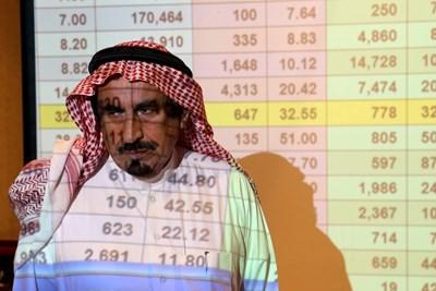 Саудитски бизнесмен с угрижено лице следи борсовите показатели в Рияд. СНИМКА: РОЙТЕРС