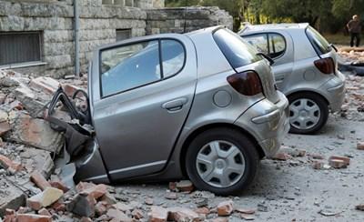 Много коли бяха смазани от камъни и тухли от разрушените сгради след силното земетресение в Албания. СНИМКА: РОЙТЕРС