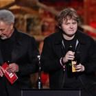Том Джоунс връчи наградата на Луис Капалди за песен на годината.