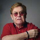 Елтън Джон рекламира ваксинирането срещу коронавирус.
