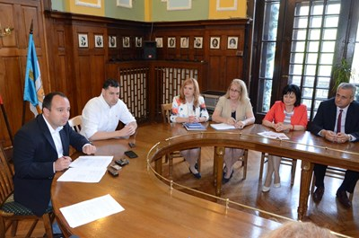 Кметът Иван Тотев и заместникът му Стефан Стоянов с директорите на четирите професионални гимназии