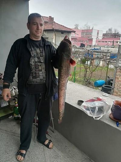 Георги Нанчев позира с риба месеци преди убийството.